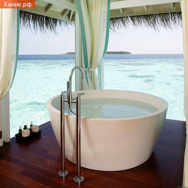 Мальдивы, гостиница, ванная комната. Гигантская круглая ванна с видом на океан