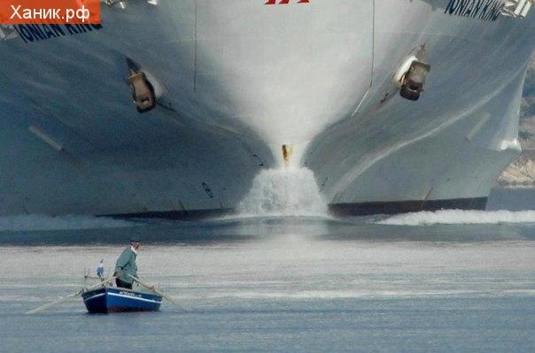 Кажется у мужика небольшая проблема! Мужик на лодке и гигантское судно