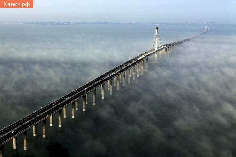 На фото - самый длинный мост в мире – китайцы побили собственный рекорд Jiaozhou Bay Bridge протянулся на 41,6 км и обошелся строителям в 2,3 млрд. долларов.
