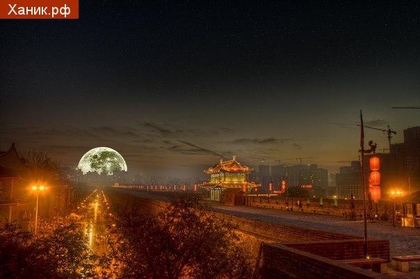 Полная Луна над Шанхаем.