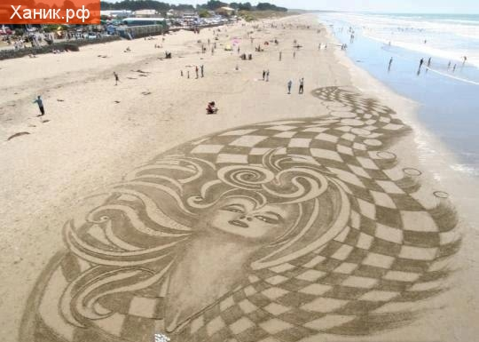 Рисунок на песке на пляже