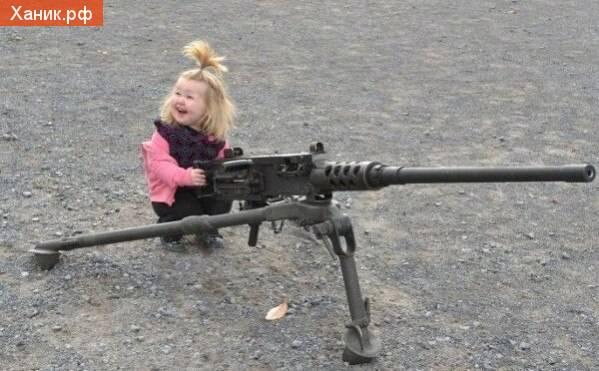 Ничего так пушка! Маленькая девочка и пулемет