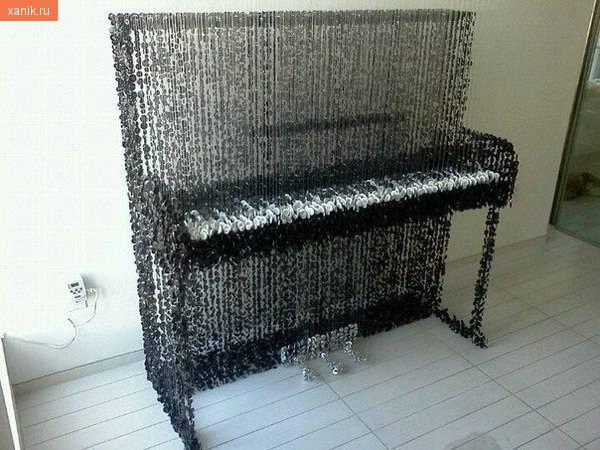 Пианино из пуговиц, которые подвешены на прозрачные нити..