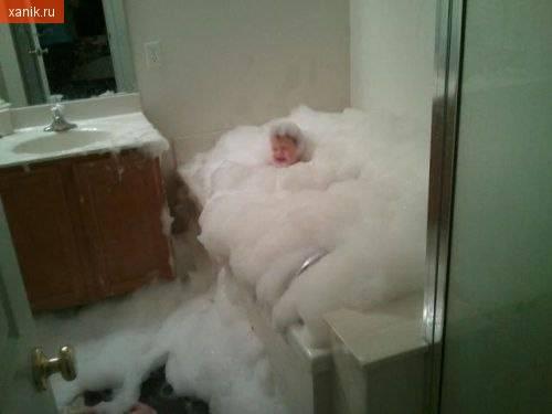 Отец решил помыть сына....