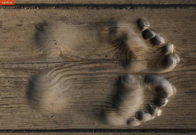 Это следы китайского монаха, который молится в течении 20 лет каждый день на одном и том же месте в своем храме.